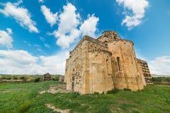 Kirche des Jahrhunderts XII unter einem blauen Himmel Lizenzfreie Stockbilder