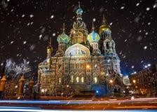 Kirche des Retters auf Spilled Blut in St Petersburg im wint stockfotos