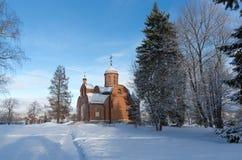 Kirche des roten Backsteins an einem sonnigen Tag im Winter Russland, UralJanuary, Temperatur -33C Lizenzfreies Stockbild