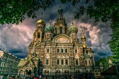 Kirche des verschütteten Bluts in St Petersburg an einem Geschichten-Tag lizenzfreie stockfotos