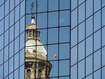 Kirche, die in der Glaswand des modernen Bürogebäudes sich reflektiert stockfotos