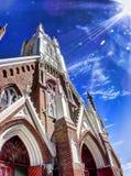 Kirche, die für die Wolken erreicht lizenzfreies stockfoto