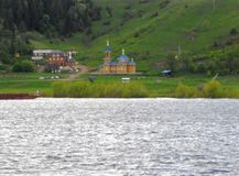 Kirche Die linke Bank des Kama-Flusses lizenzfreie stockfotos