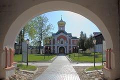 Kirche durch Bogen Stockfotos