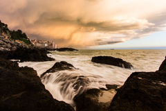 Kirche durch das Meer bei Sonnenuntergang in Italien Lizenzfreie Stockbilder