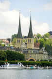 Kirche durch den See Luzerne, die Schweiz Stockbild