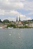 Kirche durch den See Luzerne, die Schweiz Stockfoto