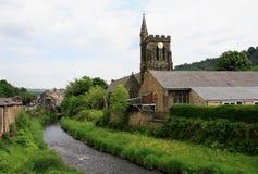 Kirche durch thr-Fluss bei Mytholmroyd Lizenzfreie Stockfotos