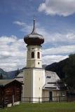 Kirche in einem alpinen Dorf Lizenzfreies Stockfoto