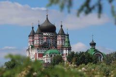 Kirche eingefaßt mit Grün Stockfotografie