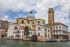 Kirche entlang Venedig-Kanal in Italien Stockfotografie