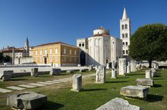 Kirche, Forum und Kathedrale St. Donat des Glockenturms St. Anastasia in Zadar, Kroatien stockfoto