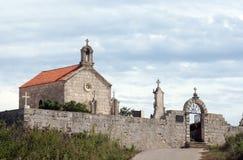 Kirche am Friedhof Stockbilder