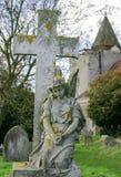Kirche-Friedhof mit Engel Stockfotografie