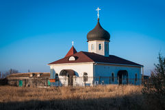 Kirche gegen den blauen Himmel Lizenzfreies Stockfoto