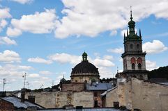 Kirche gegen den Himmel Stockfotografie