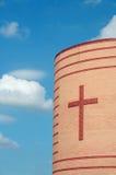 Kirche gegen einen blauen Himmel stockbild