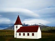 Kirche in Hellnar mit Snaefellsjokull (Island) Stockbilder