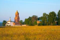 Kirche hinter einem Feld Lizenzfreies Stockfoto