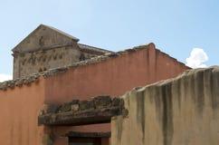 Kirche hinter ländlichen Gebäuden Lizenzfreie Stockfotografie