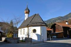 Kirche im Dorf Grainau nahe dem Zugspitze Lizenzfreie Stockbilder