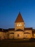 Kirche im Heiligen-Sulpice, die Schweiz nach Sonnenuntergang Lizenzfreie Stockbilder