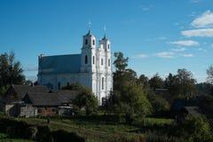 Kirche im ländlichen Dorf stockfotos