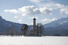 Kirche im landwirtschaftlichen Bayern, Süddeutschland, Winter. Lizenzfreie Stockfotografie