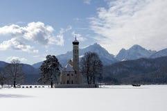 Kirche im landwirtschaftlichen Bayern, Süddeutschland, Winter. Lizenzfreie Stockbilder