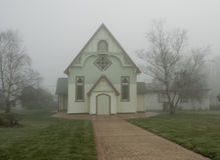 Kirche im Nebel Stockfotografie