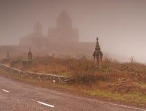 Kirche im Nebel Lizenzfreies Stockfoto