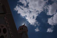 Kirche im Schatten und im blauen Himmel Stockfotos