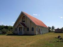 Kirche im traditionellen Fijiandorf Stockbilder