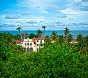 Kirche im tropischen Dorf Stockfotos