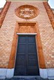 Kirche im vergiate alten geschlossenen Ziegelsteinturm stockbild