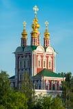 Kirche im Wald im Sonnenscheinabschluß oben lizenzfreie stockfotos