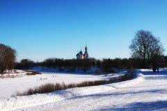 Kirche im Winterwald Stockfotos