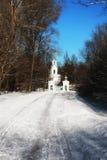 Kirche im Winterwald Stockfotografie