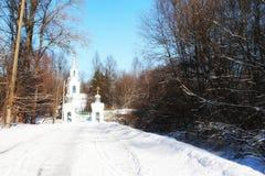 Kirche im Winterwald Stockbilder