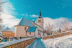 Kirche mit alpinen Bergen in Gruyeres-Winter lizenzfreie stockfotos