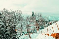 Kirche mit alpinen Bergen von Gruyeres-Winter stockbilder