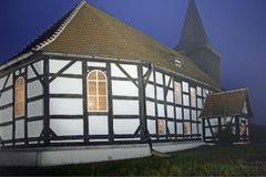 Kirche mit Bauholzfeldaufbau Lizenzfreie Stockbilder