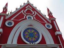 Kirche mit Buntglas und Vögeln Stockfotos