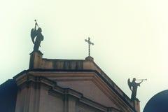 Kirche mit den Winkeln, die Trompete spielen - Fließtext - Halloween- und Grausigkeitsstimmung lizenzfreie stockfotografie