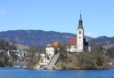 KIRCHE mit einem hohen Bell Toweron See blutete in Slov Lizenzfreie Stockfotografie