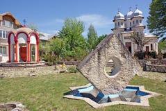 Kirche mit einem Symbol und einem Brunnen Stockbild