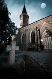 Kirche mit Friedhof lizenzfreie stockfotos