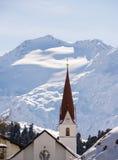 Kirche mit Gletscher im Hintergrund in den Alpen Stockfoto