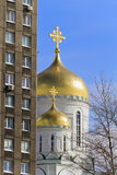 Kirche mit Goldhauben Lizenzfreie Stockfotos
