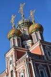Kirche mit Goldkreuzen auf Hauben Lizenzfreie Stockbilder